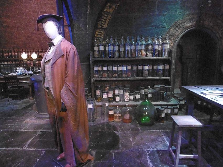 Professeur Slughorn dans la salle des potions au Studio Harry Potter de Londres.
