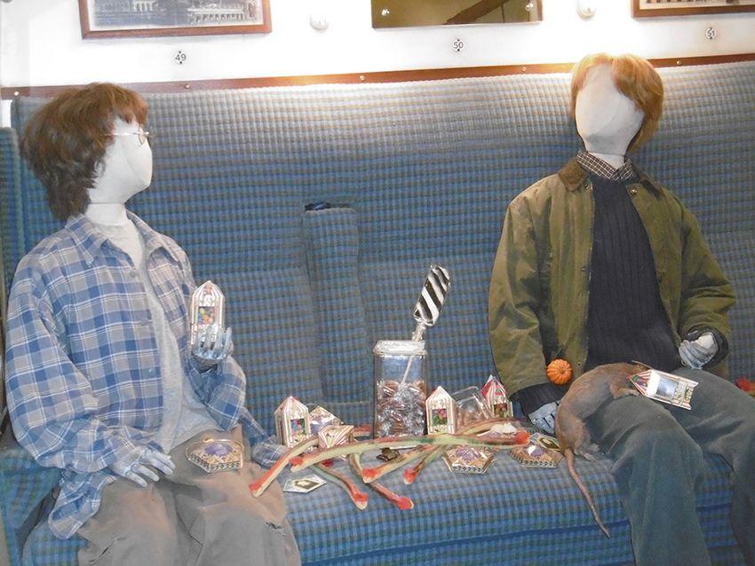 Harry, Ron et croûtard dans le Poudlard express au Studio Harry Potter de Londres.
