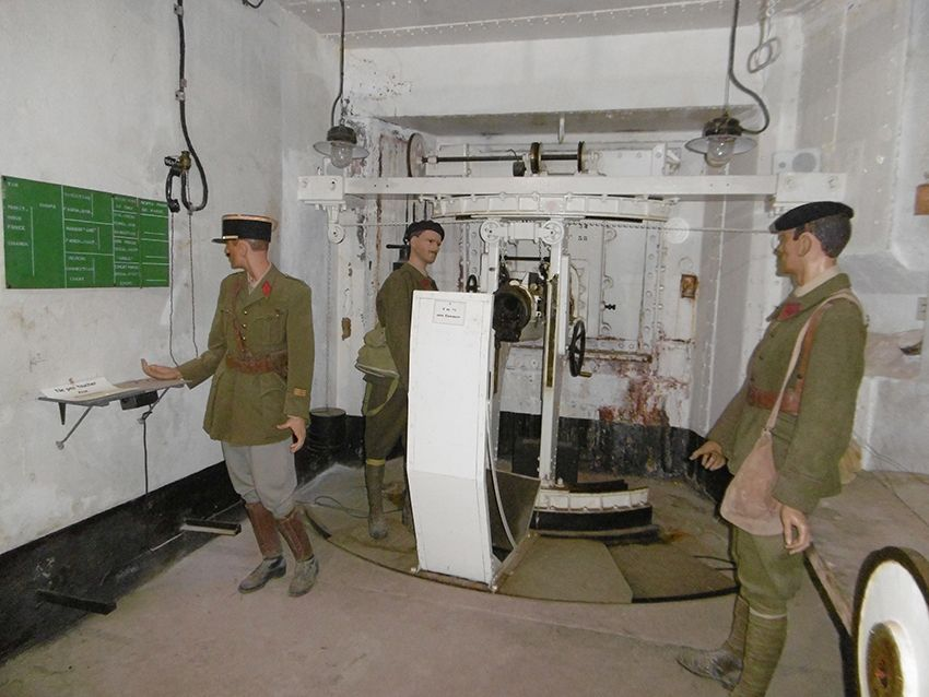 Commandes de tirs dans le fort militaire de Sainte-Agnès.