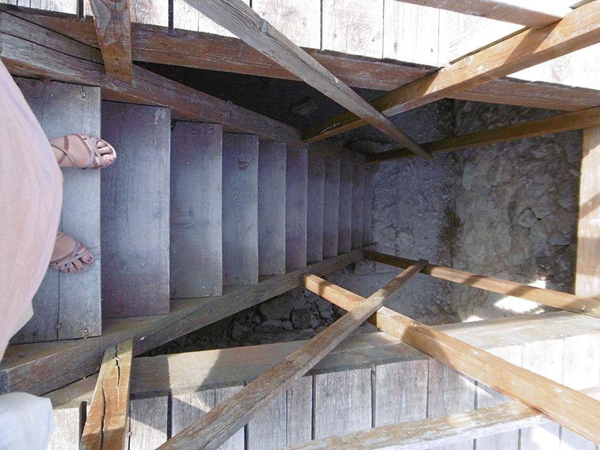 Escalier du donjon de Sainte-Agnès.