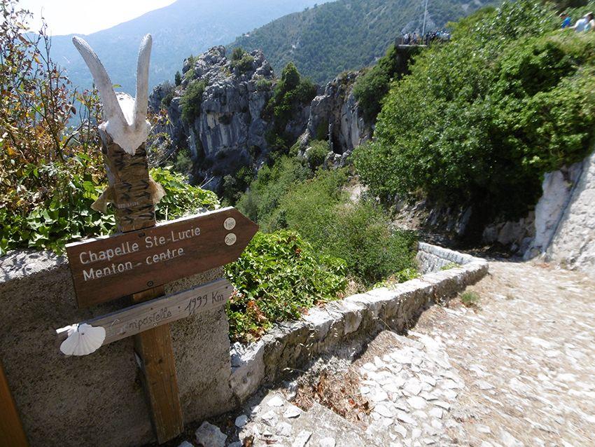 Panneau de randonnées à Sainte-Agnès.