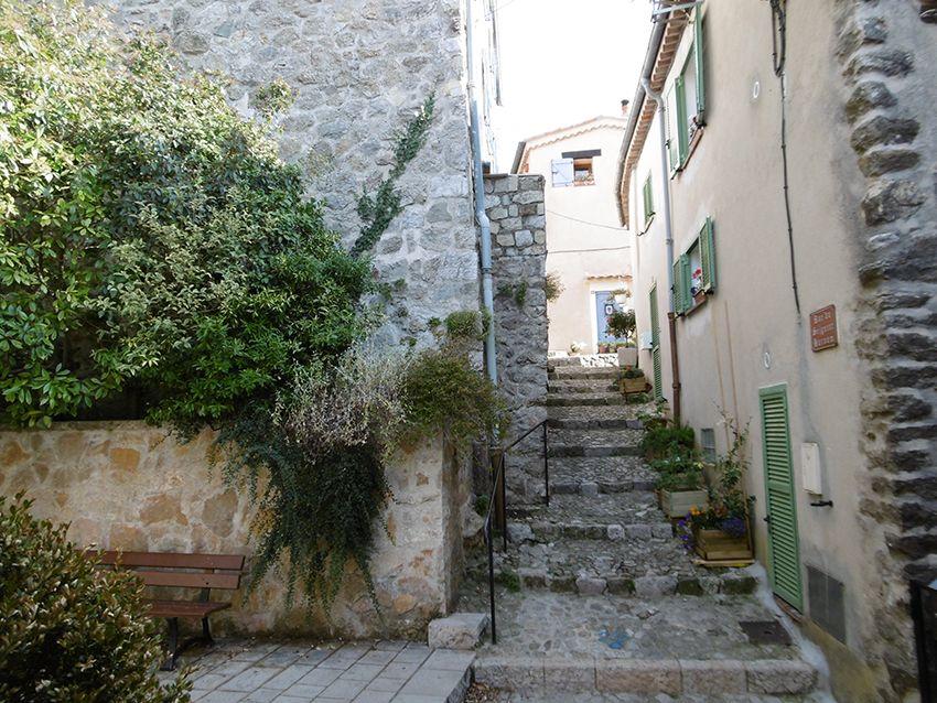 Ruelle du village de Sainte-Agnès.