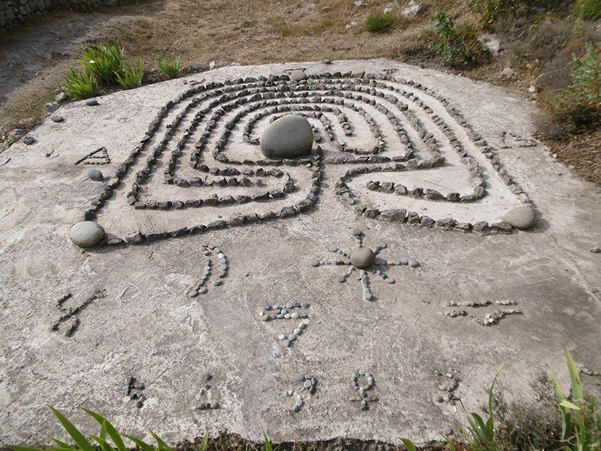 Runes et labyrinthe dans le jardin de Sainte-Agnès.