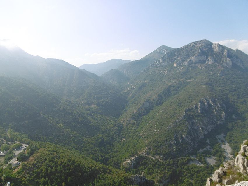 Panorama sur les montagnes depuis le donjon de Sainte-Agnès.