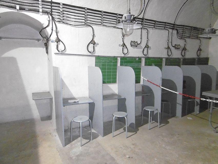 Salle de décision des tirs dans le fort militaire de Sainte-Agnès.