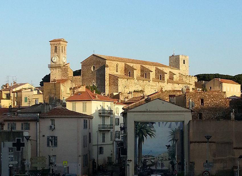 Vue sur le Suquet et le musée de la Castre, à Cannes.