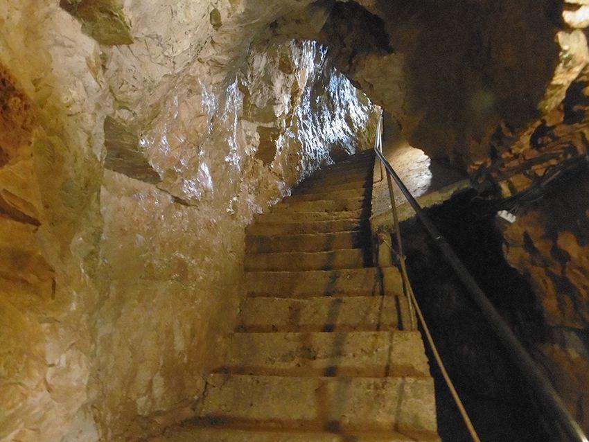 Escalier dans la grotte de la Baume Obscure.
