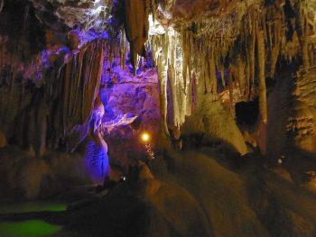 Jeu de lumière dans la grotte de la Baume Obscure.