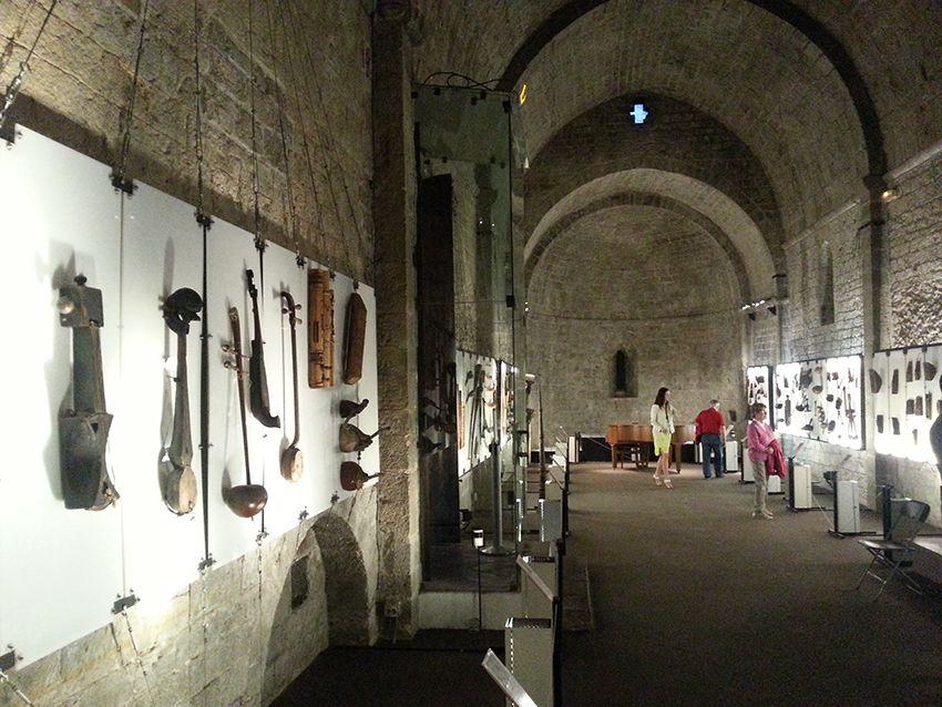 Collection d'instruments de musique du monde entier (ethnomusicologie) au musée de la Castre, à Cannes.