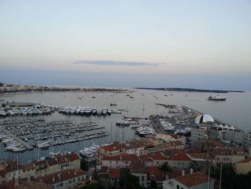 Vue sur le port de Cannes et les îles de Lérins, depuis le musée de la Castre à Cannes.