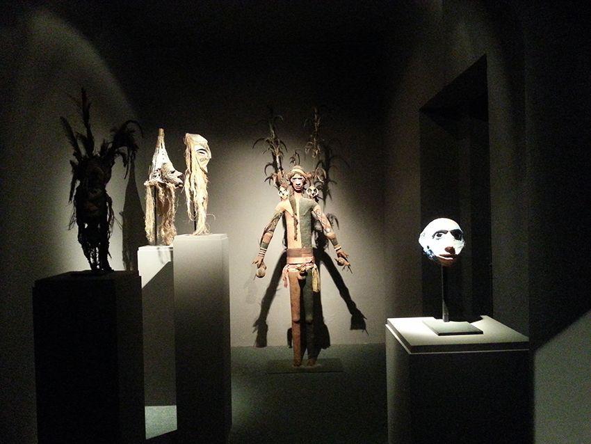 Exposition d'objets ethniques au musée de la Castre à Cannes.