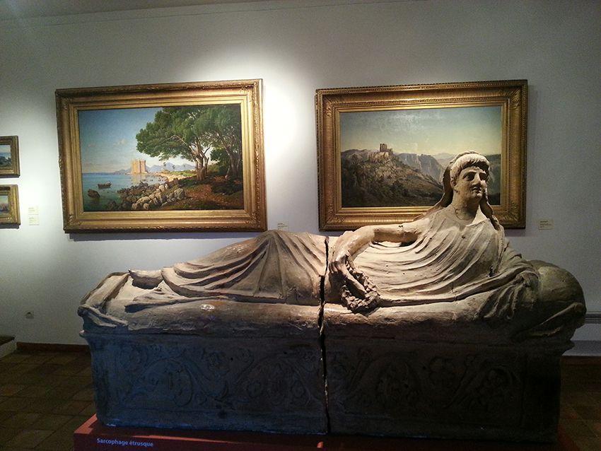 Sarcophage étrusque au musée de la Castre à Cannes.