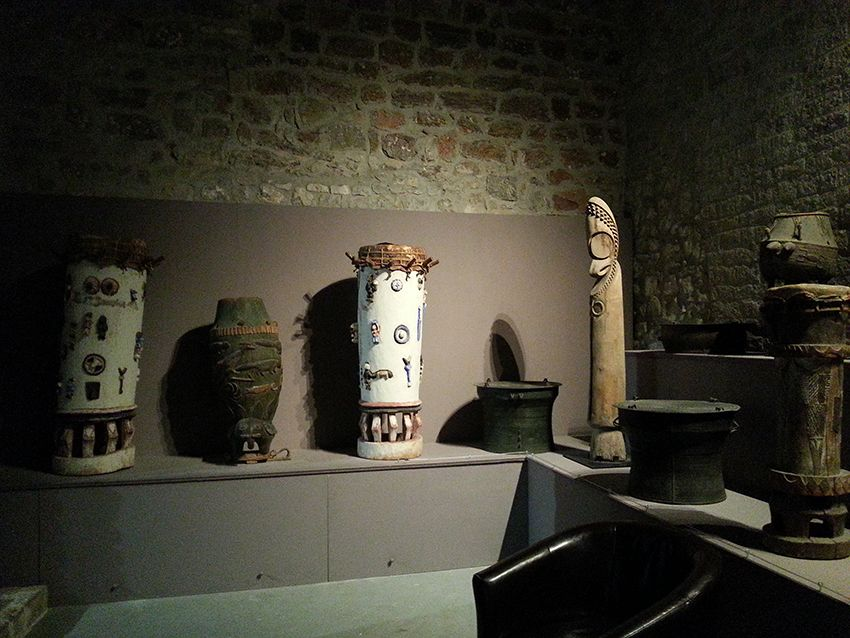 Collection d'instruments de musique et percussions du monde entier (ethnomusicologie) au musée de la Castre, à Cannes.