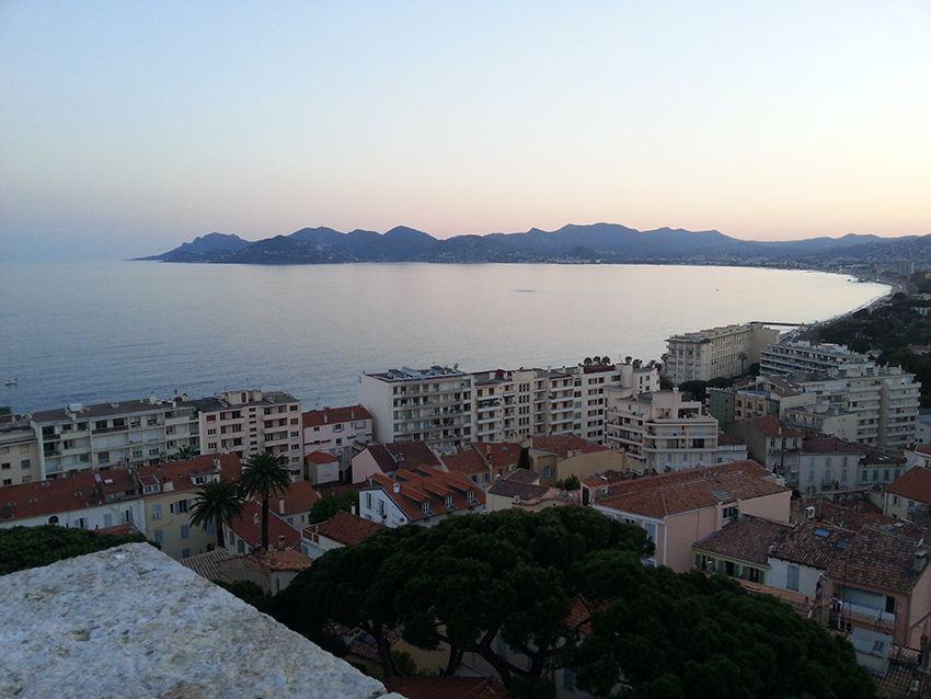 Vue sur le pic de l'Ours depuis le musée de la Castre à Cannes.
