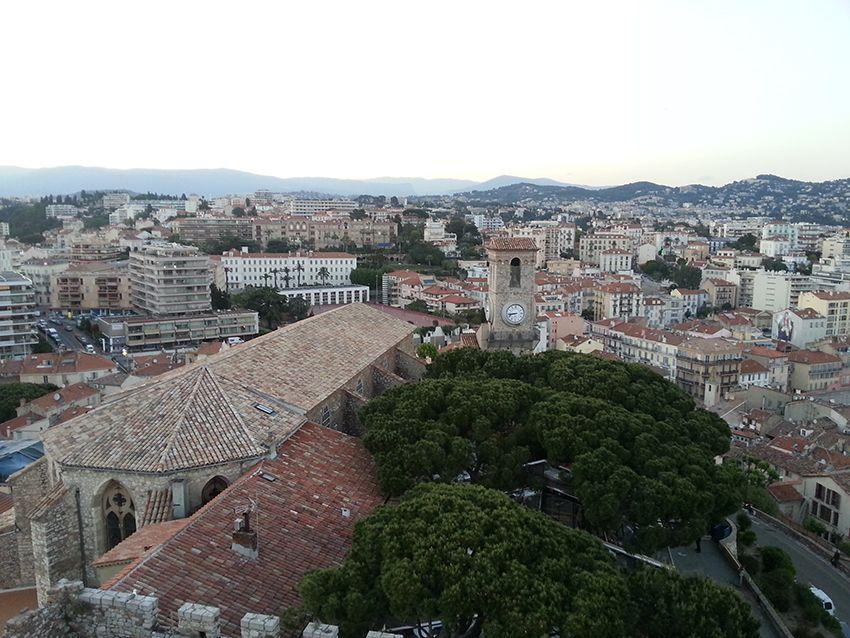 Vue sur le Suquet et Cannes, depuis le musée de la Castre.