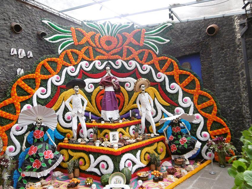 Autel pour Frida Kahlo dans la casa Azul de Mexico pour le dia de muertos.