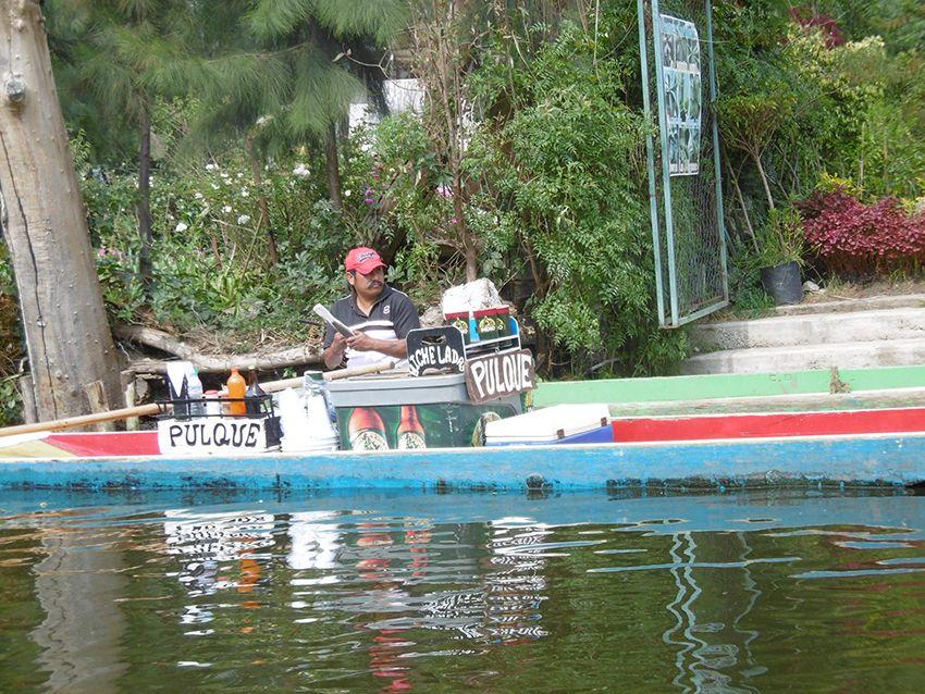 Vendeur de pulque sur une barque de Xochimilco à Mexico.