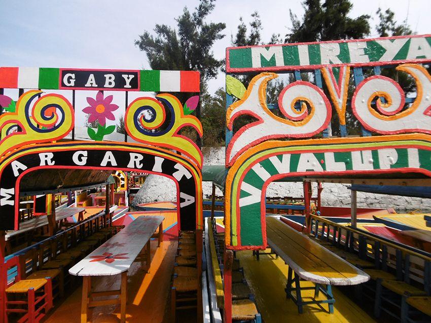 Barques colorées de Xochimilco à Mexico.