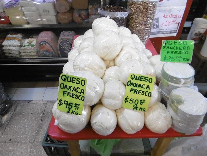 Fromages sur le marché de Coyoacan à Mexico.