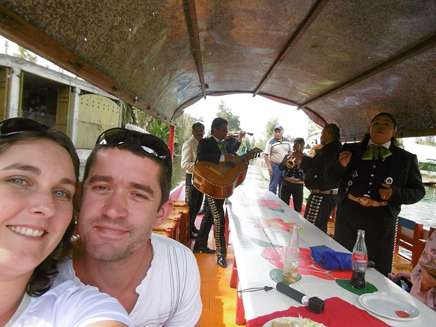 Mariachi des barques de Xochimilco à Mexico.