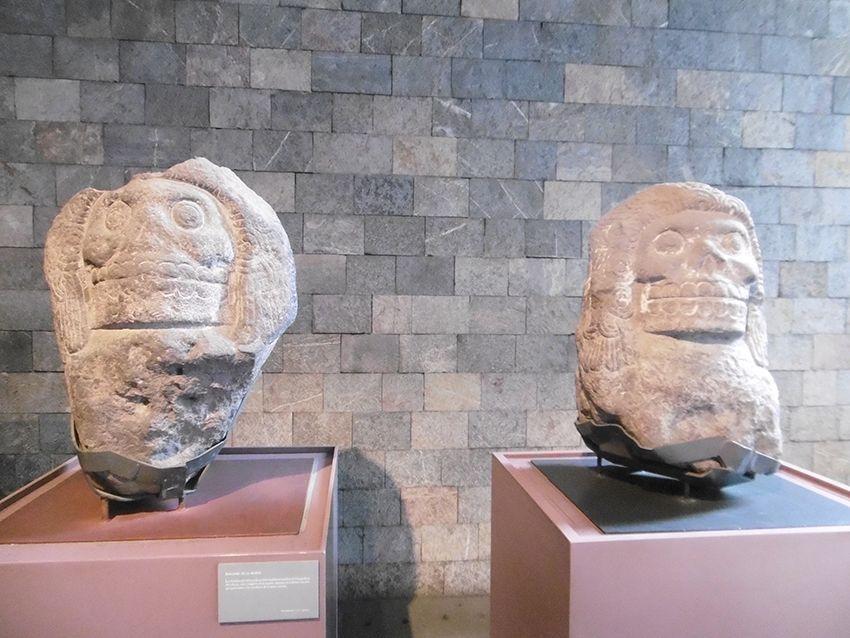 Sculpture tête de mort au musée anthropologique de Mexico.