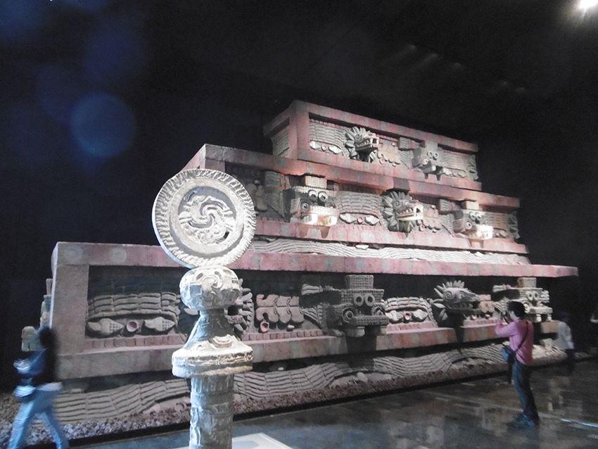 Réplique colorée d'un temple de Teotihuacan dans le musée anthropologique de Mexico.