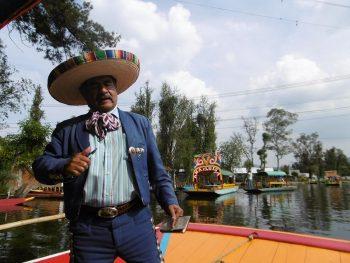 Chanteur mariachi sur une barque de Xochimilco à Mexico.