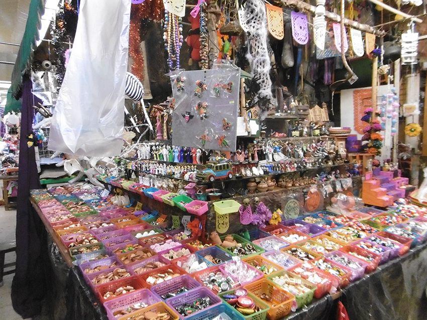 Figurines pour offrendas des enfants sur le marché de Coyoacan à Mexico.