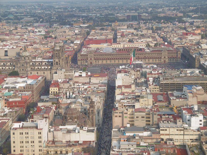 centre ville zocalo et cathédrale de Mexico vue depuis la toree latinoamericana.