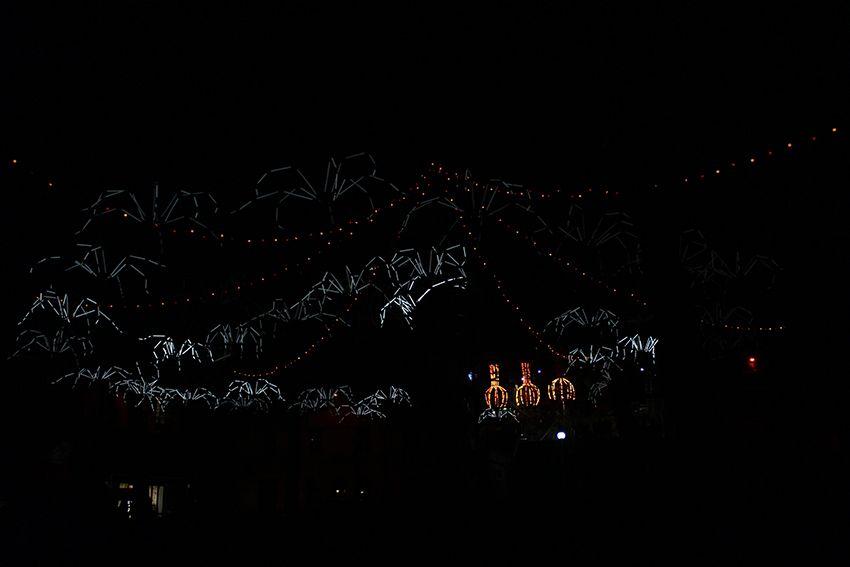 Fête des Lumières à Lyon en 2017, spectacle lumineux des araignées du spider circus sur la place Sathanay.