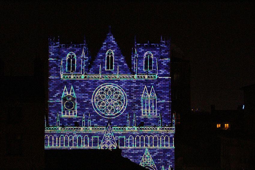 Fête des Lumières à Lyon en 2017, spectacle sons et lumières unisson sur la cathédrale Saint-Jean.