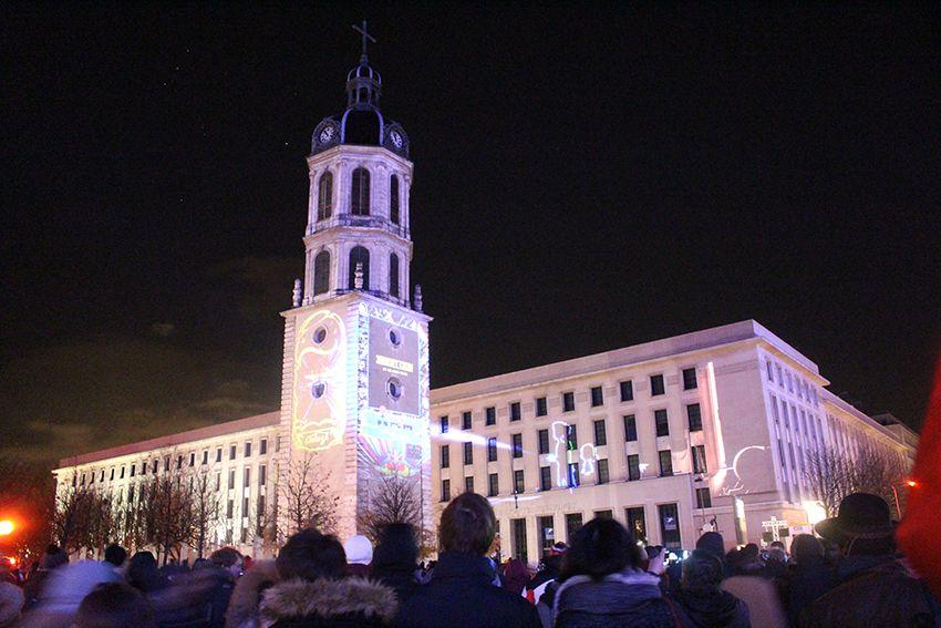 Fête des Lumières à Lyon en 2017, spectacle sons et lumières insert coin sur le clocher de la Charité.