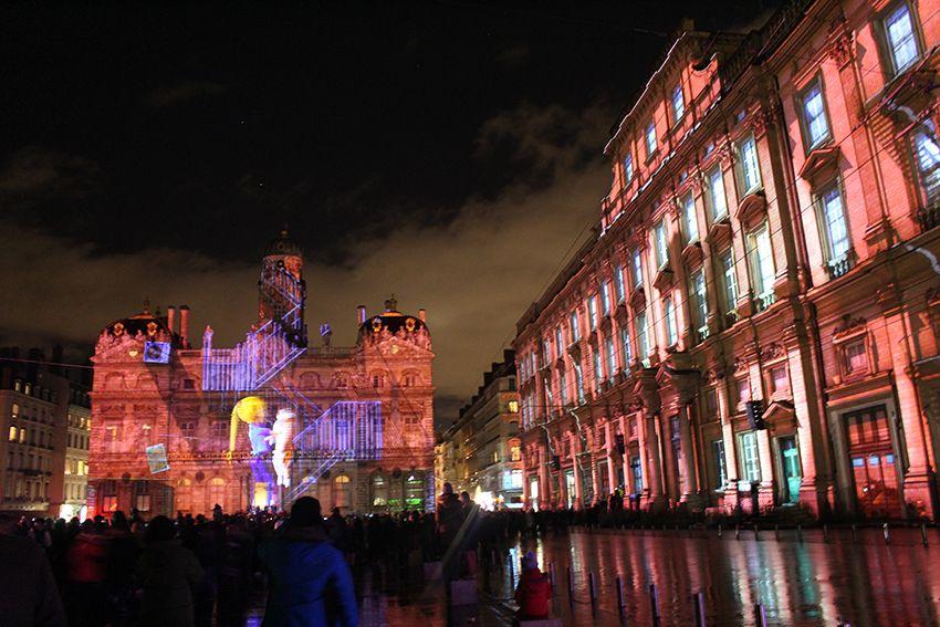 Fête des Lumières à Lyon en 2017, spectacle sons et lumières Enoha fait son cinéma sur la place des terreaux.