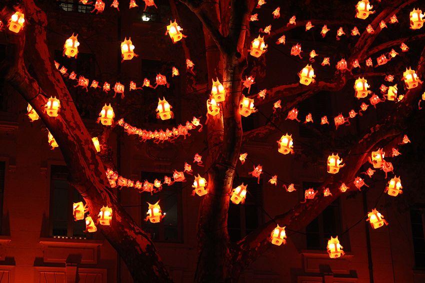 Fête des Lumières à Lyon en 2017, L'enfer de BIBI c'est ici dans l'arbre sur la place Antoine Rivoire.