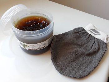 Savon noir et gant kessa de la marque Aroma-Zone pour gommage du corps naturel.