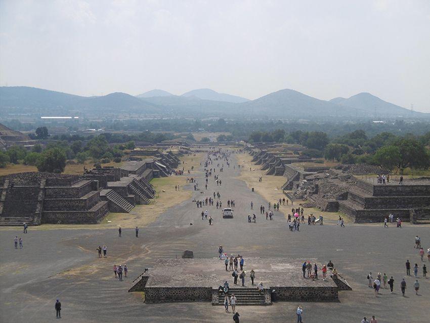 Allée des morts sur le site de Teotihuacan au Mexique.