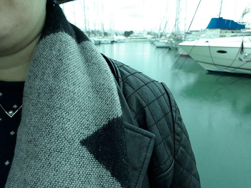 Look basique mode femme sous la pluie (blouson cuir Violeta).