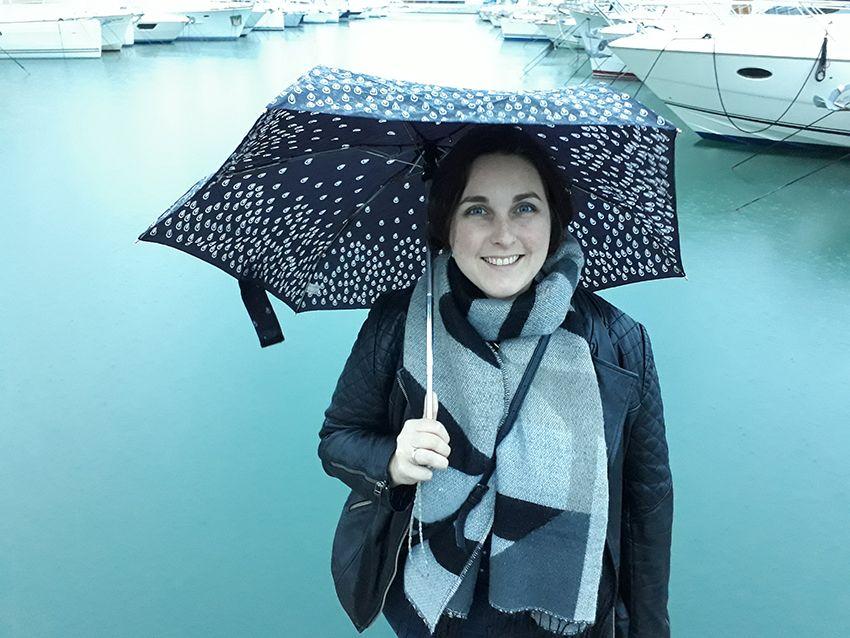 Look pluvieux, mode femme sous la pluie.