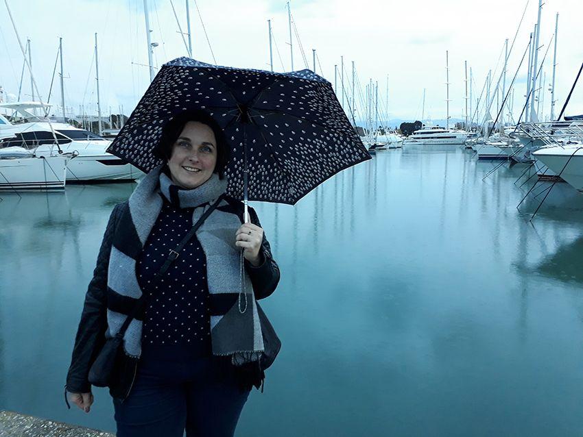 Look basique pluvieux, mode femme sous la pluie.
