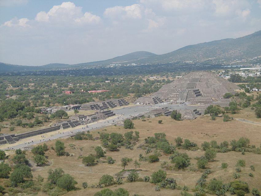 Pyramide de la Lune vue depuis la pyramide du Soleil sur le site de Teotihuacan au Mexique.