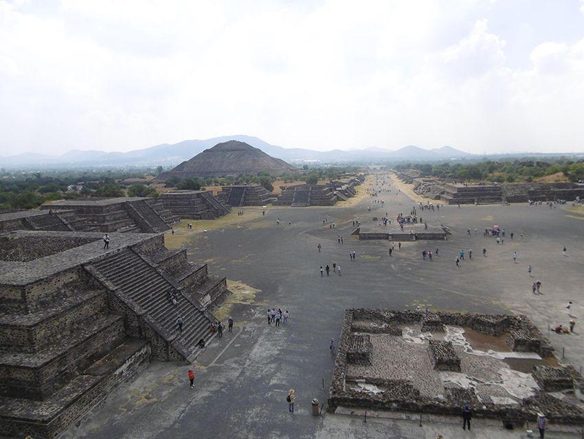 Vue sur la cité Aztèque depuis la pyramide de la Lune sur le site de Teotihuacan au Mexique.