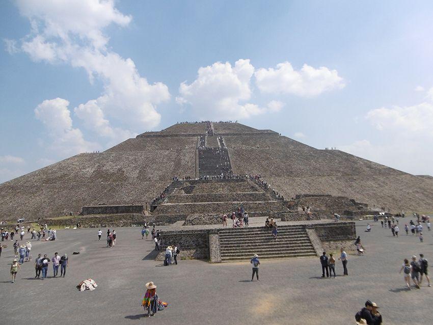 Pyramide du Soleil à Teotihuacan au Mexique.