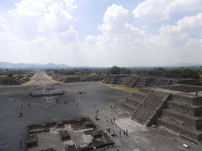 Vue sur la cité Aztèque et allée des morts depuis la pyramide de la Lune sur le site de Teotihuacan au Mexique.