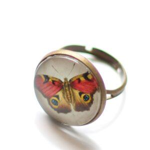 Bague papillon rouge sous cabochon en verre et anneau réglable en laiton bronze par Divine et Féminine.