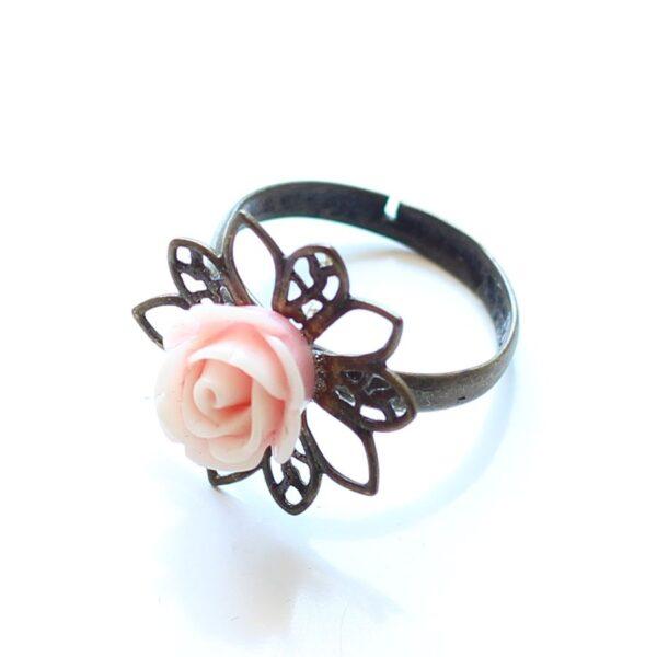 Bague petite rose réglable, anneau en laiton bronze et fleur en résine, couleur rose clair, par Divine et Féminine.