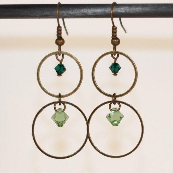 Boucles d'oreilles anneaux bronze et cristal vert par Divine et Féminine.