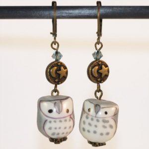 Boucles d'oreilles chouette hibou gris en porcelaine avec perle en cristale et lune nuit en bronze par Divine et Féminine.