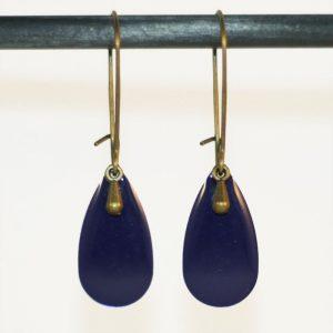 Boucles d'oreilles goutte en émail bleu foncé marine par Divine et Féminine.