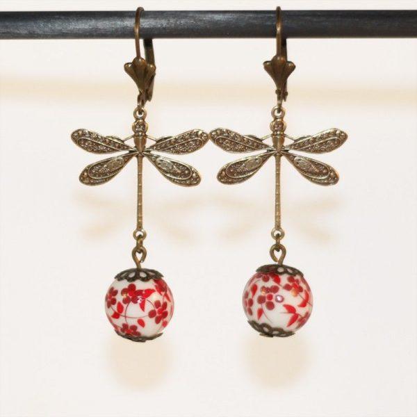 Boucles d'oreilles libellule bronze et perles à fleurs rouges par Divine et Féminine.