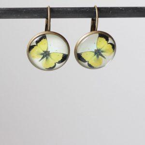 Boucles d'oreilles papillon jaune sous cabochon en verre par Divine et Féminine.